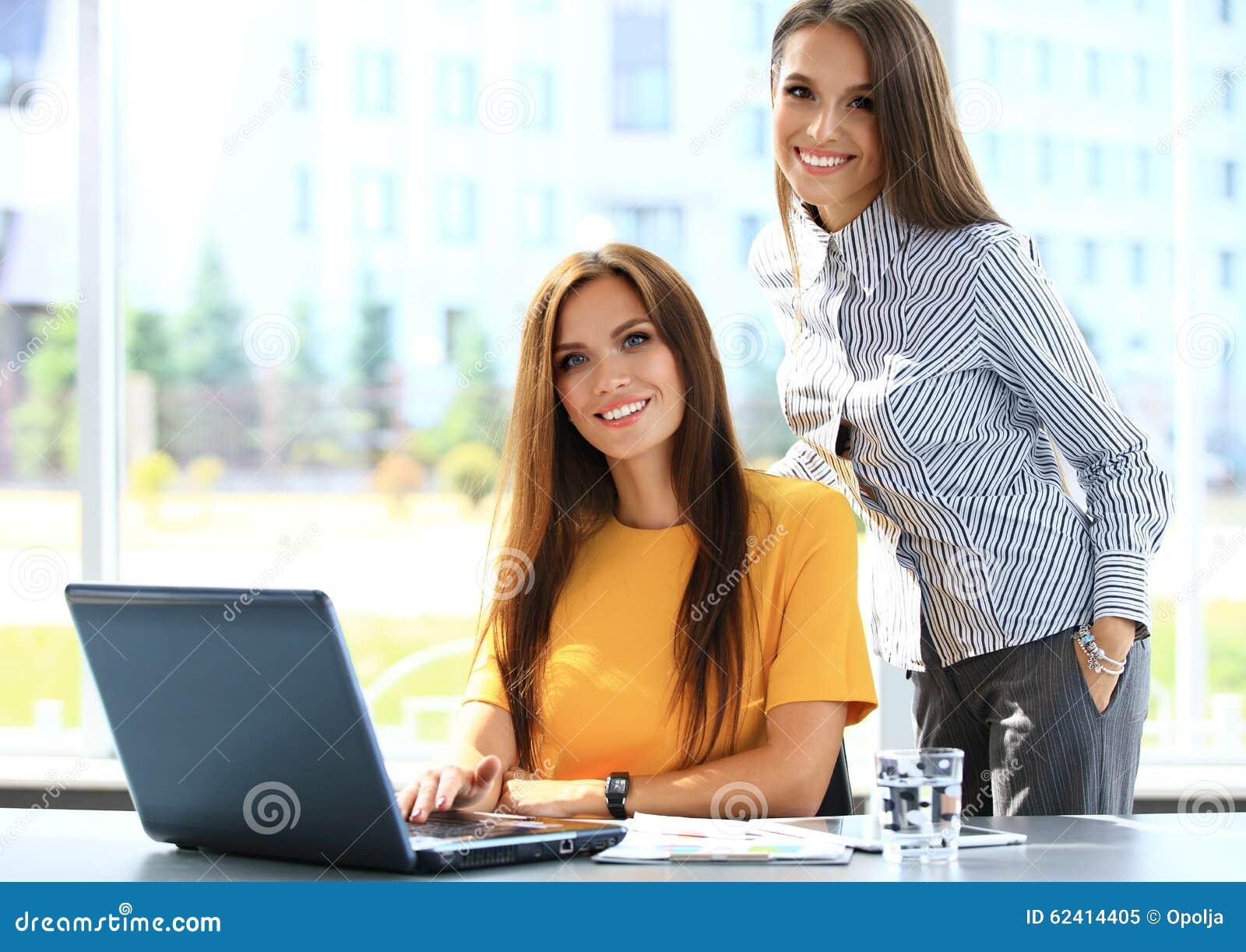 Zwei Geschäftsfrauen, die informelle Sitzung im Büro haben