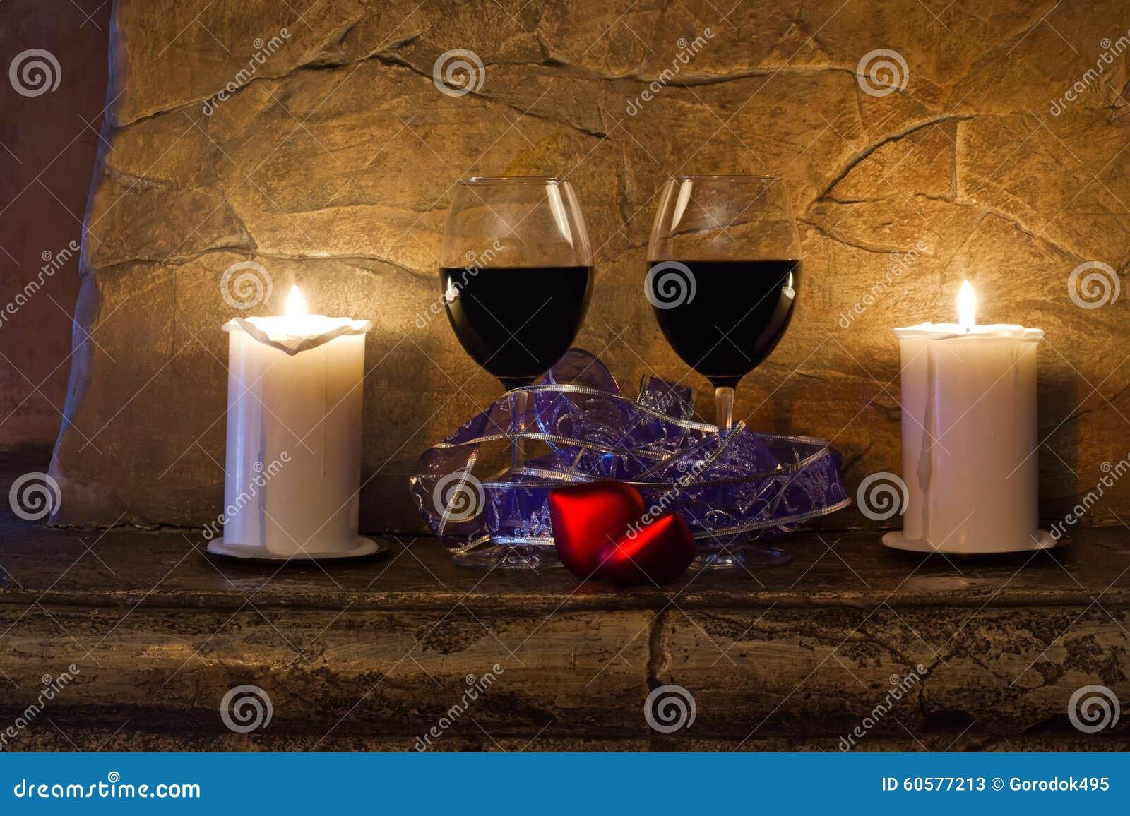 zwei gl ser wein kerze und rotes herz des teddyb ren auf steinwandhintergrund rote rose. Black Bedroom Furniture Sets. Home Design Ideas
