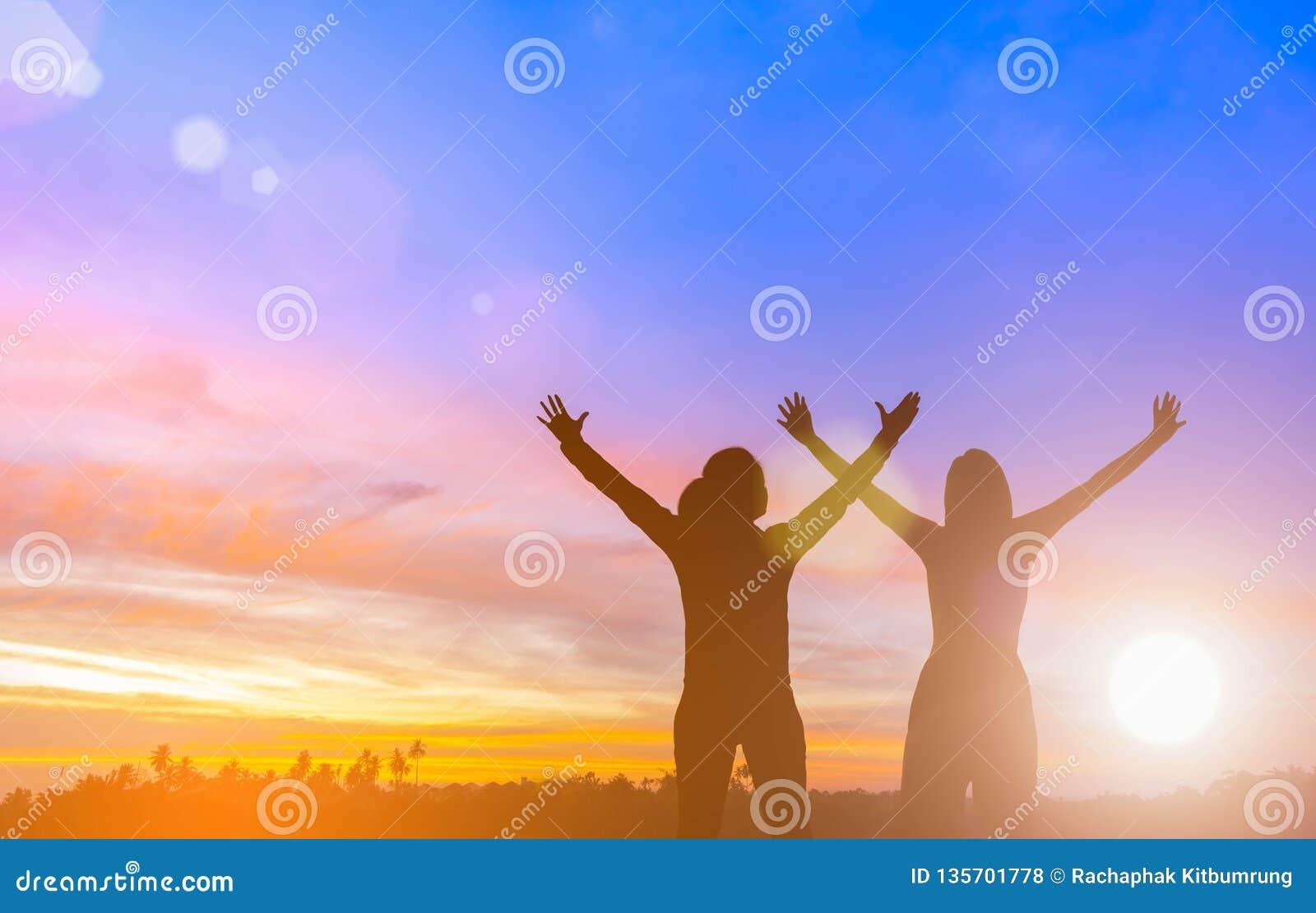 Zwei glückliche erfolgreiche Frauen, die Arme in Richtung zur schönen Landschaft anheben Leute erzielen Lebenzielziel Geschäftsfr