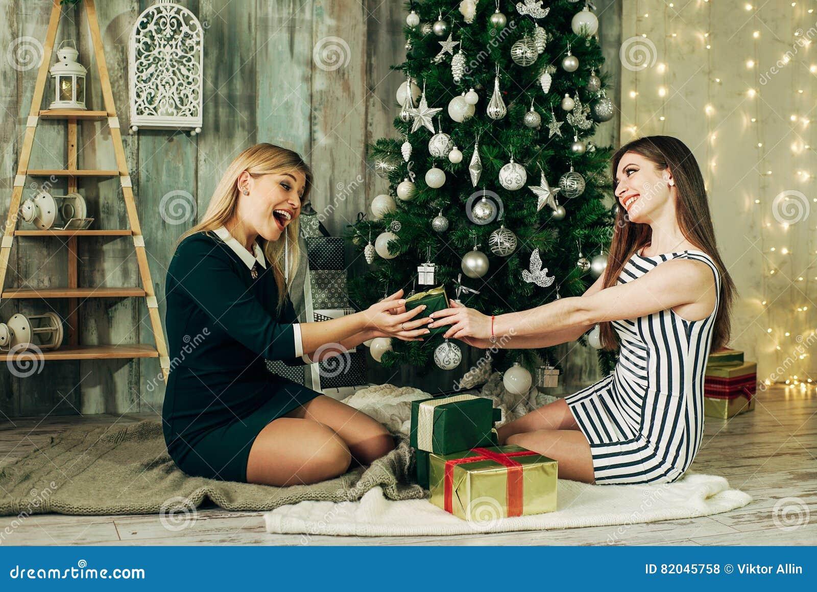 Zwei Glückliche Freundin Geöffnete Weihnachtsgeschenke Stockfoto ...