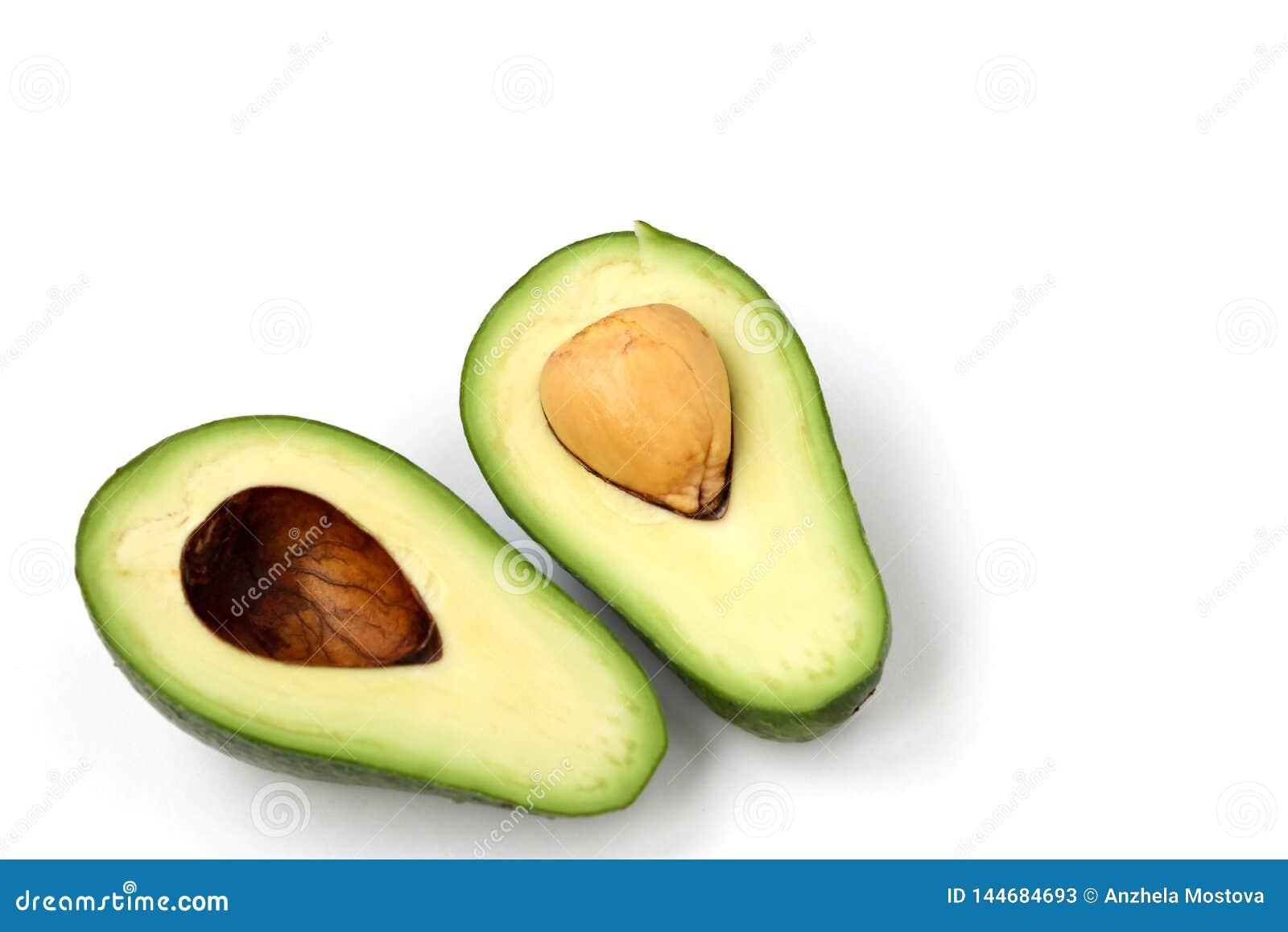 Zwei Hälften der reifen Avocado lokaled auf einem weißen Hintergrund