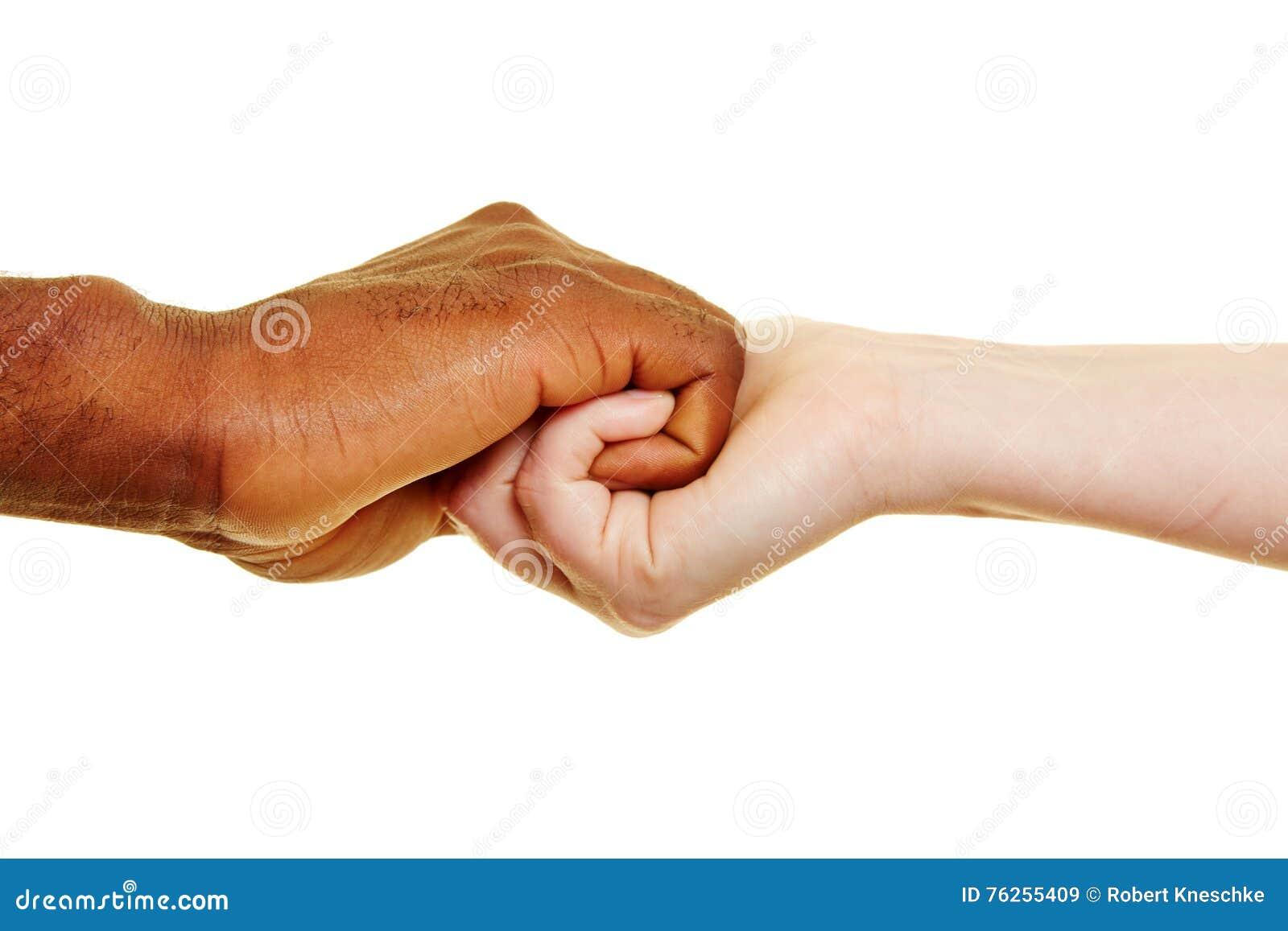 Zwei Hände, die nah halten
