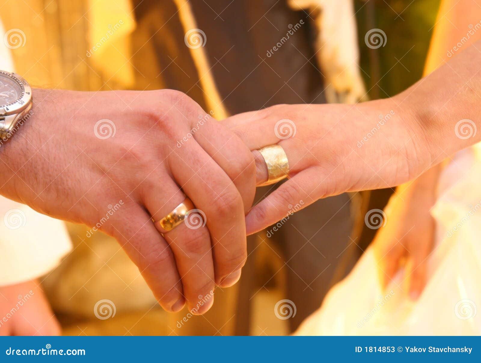 Zwei Hande Mit Hochzeitsringen Stockbild Bild Von Verbindung