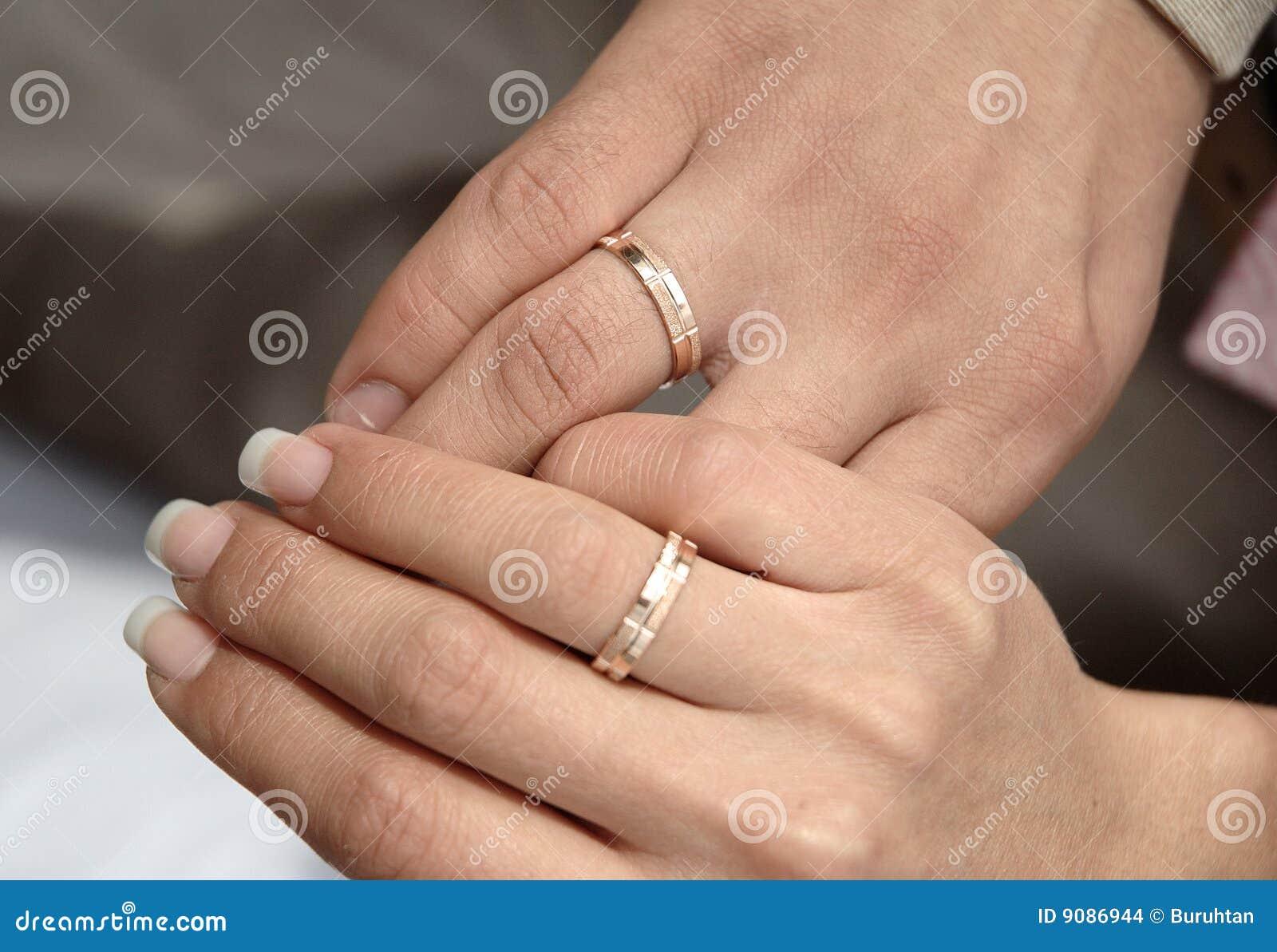 Zwei Hände mit Ringen am Hochzeitstag