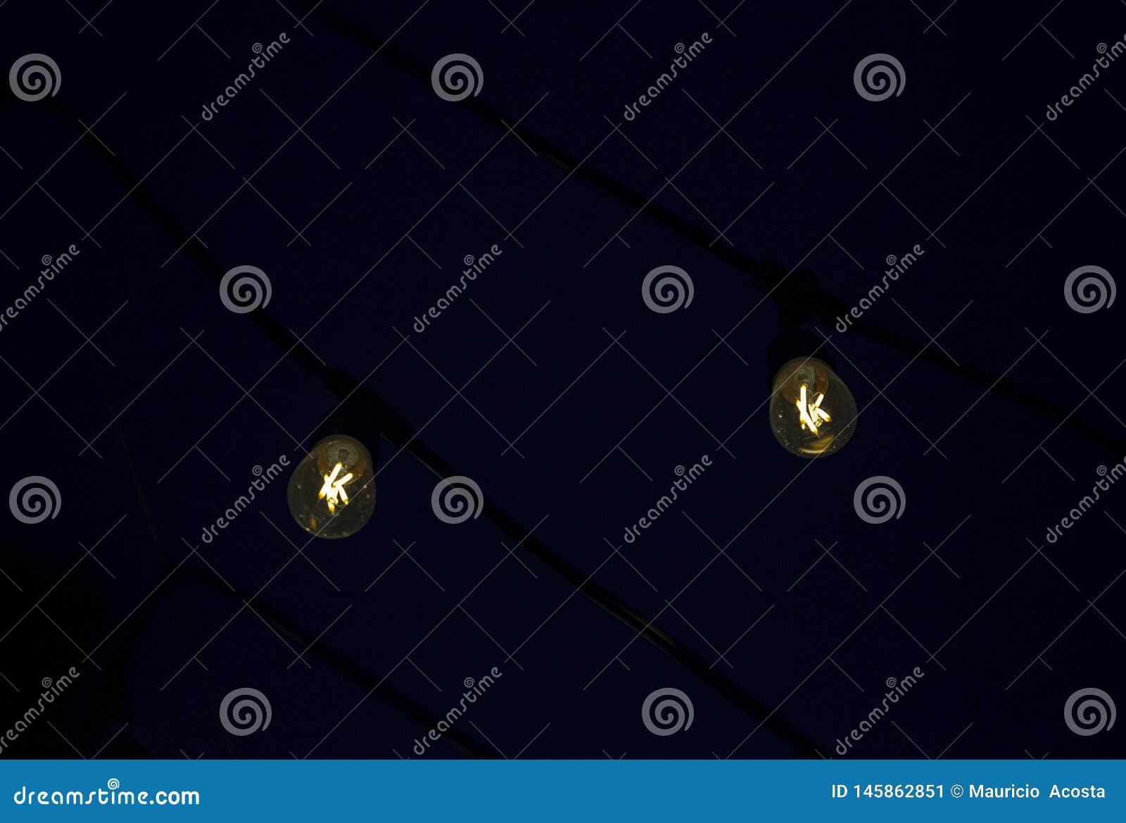 Zwei hängende LED-Glühlampen
