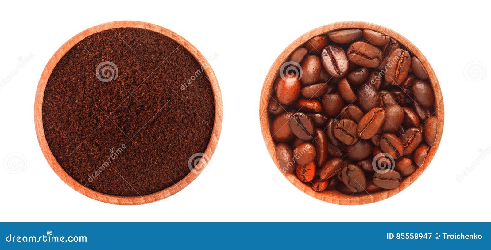 Zwei hölzerne Platten mit gemahlenem Kaffee und Kaffeebohnen, auf weißem Hintergrund