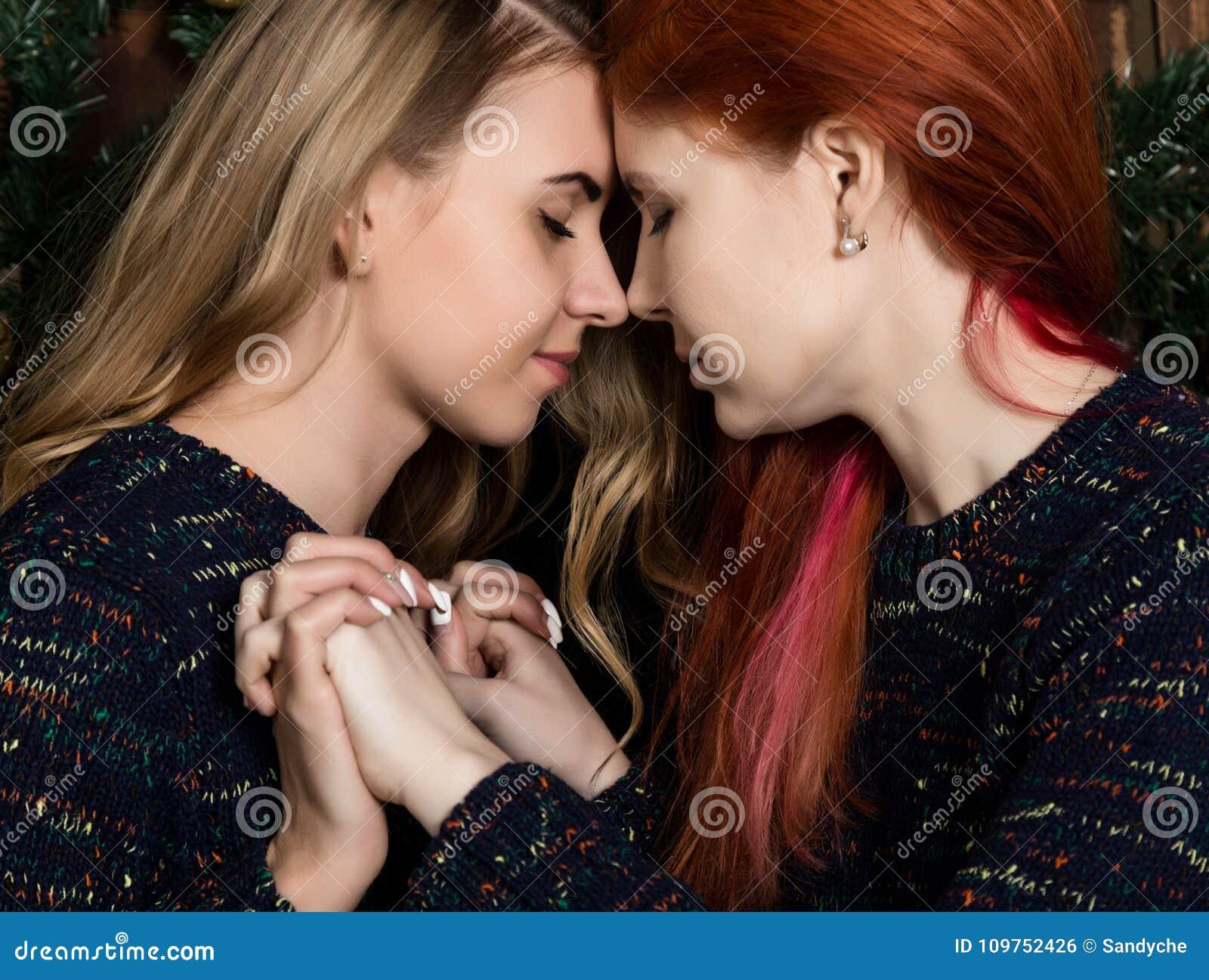 Zwei Hübsche Lesbenfreundinnen, Die In Einer Gemütlichen Atmosphäre ...