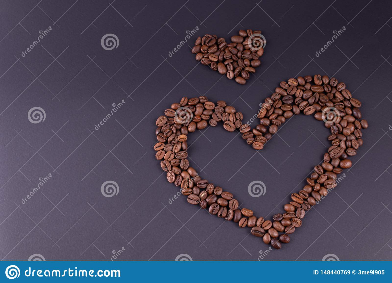 Zwei Herzen, die vom Kaffee gezeichnet werden, werden auf der rechten Seite der Mitte des Hintergrundes errichtet