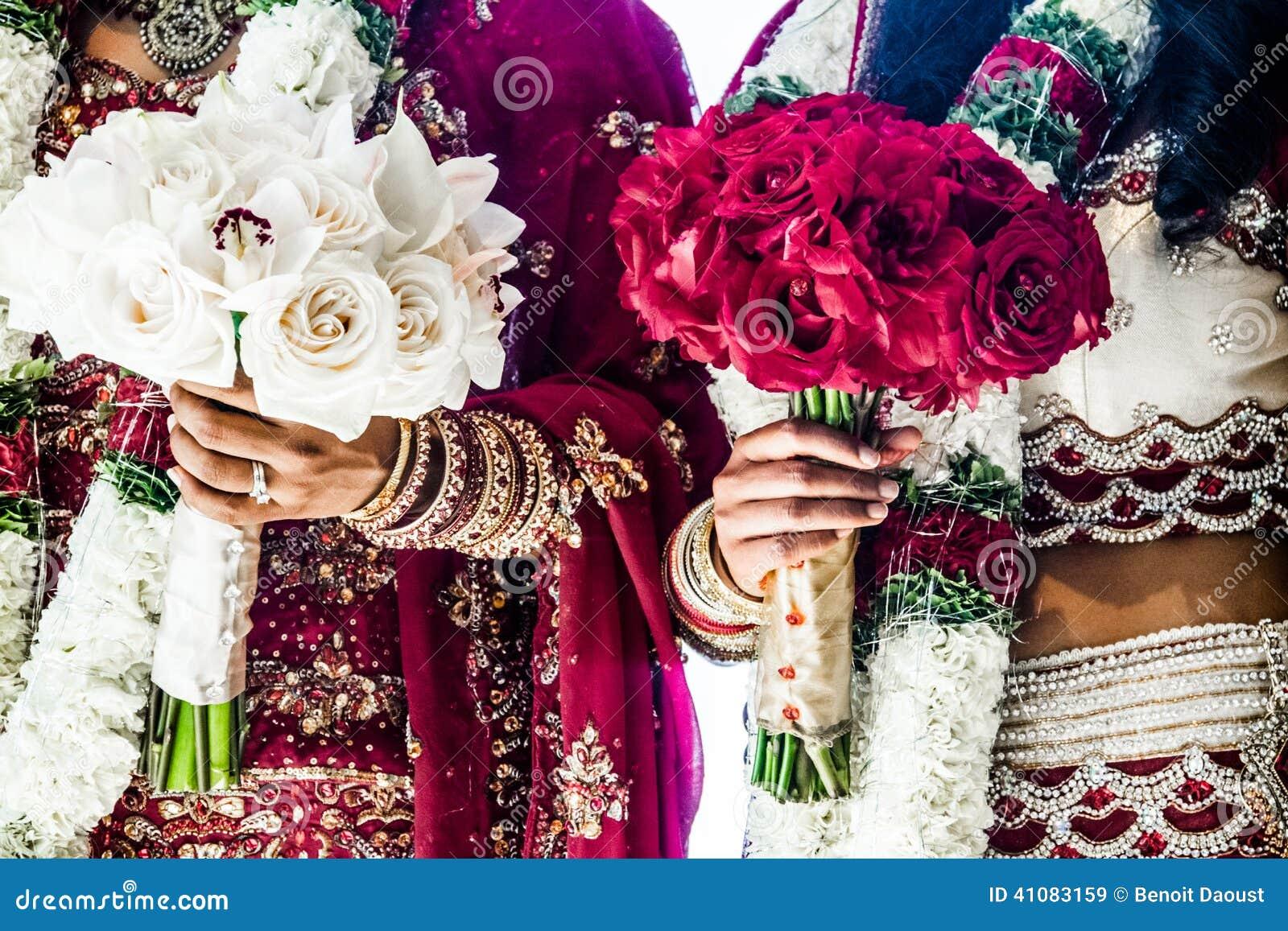 Zwei indische Hochzeitsblumensträuße und -bräute