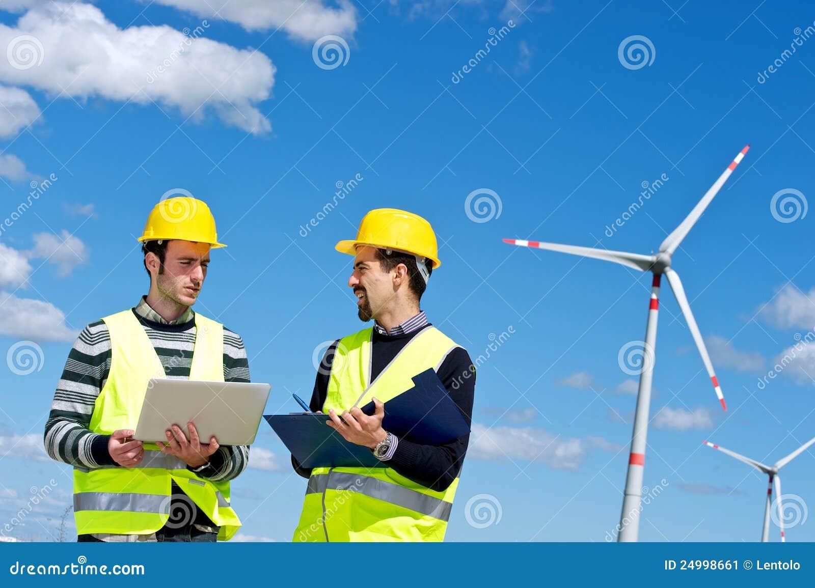Zwei Ingenieure in einem Wind-Turbine-Kraftwerk