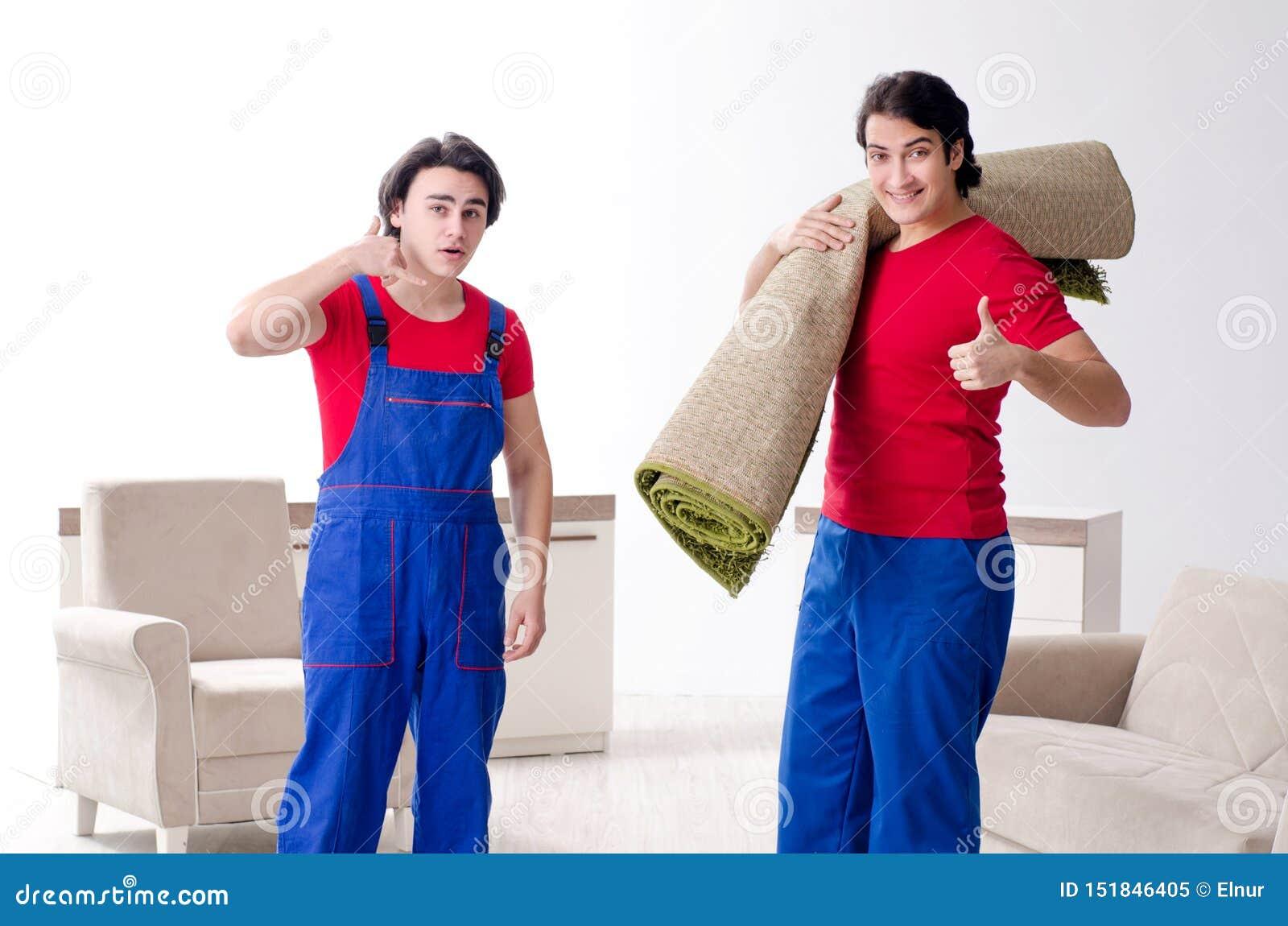 Zwei junge Auftragnehmerangestellte, die pers?nliches Eigentum bewegen