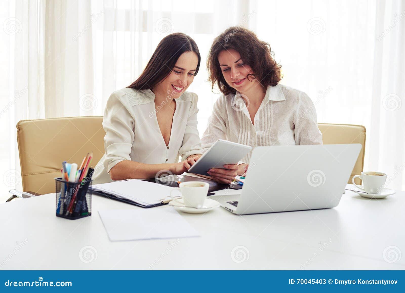Zwei Junge Frauen Die Zusammen Mit Geraten Im Buro Arbeiten