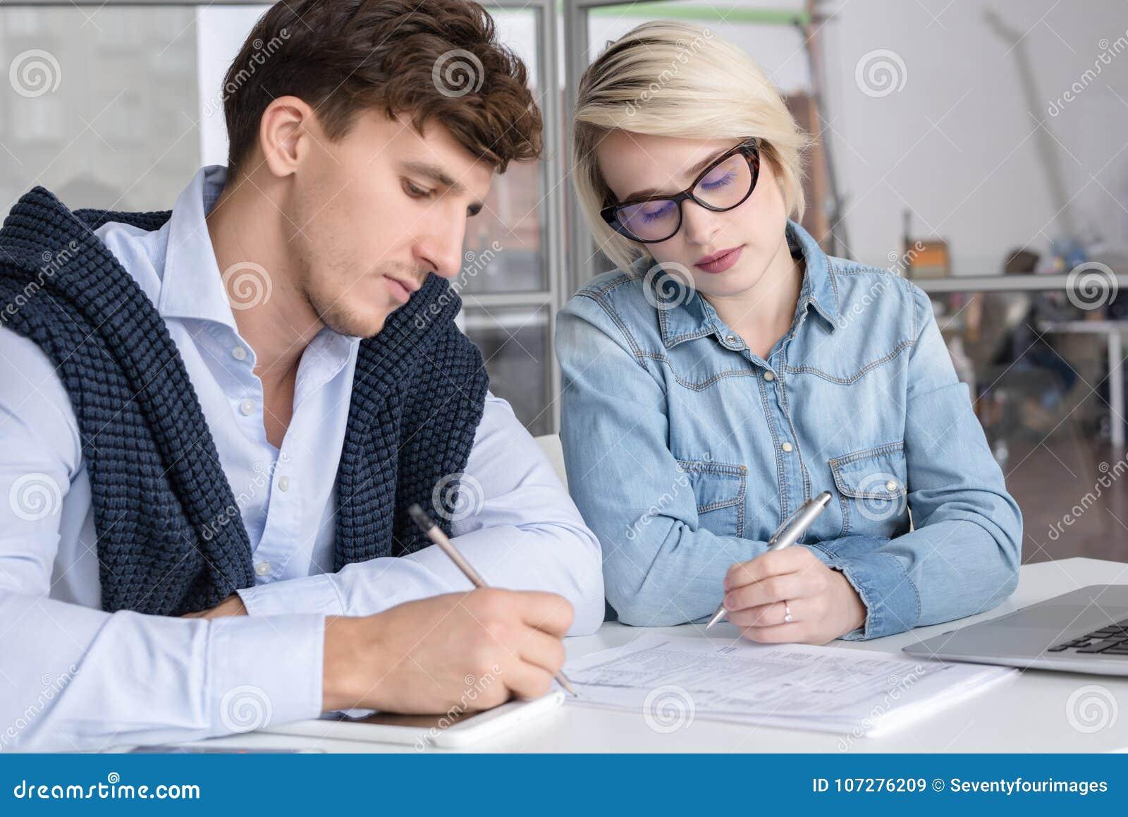Zwei junge Geschäftsleute, die im Büro arbeiten