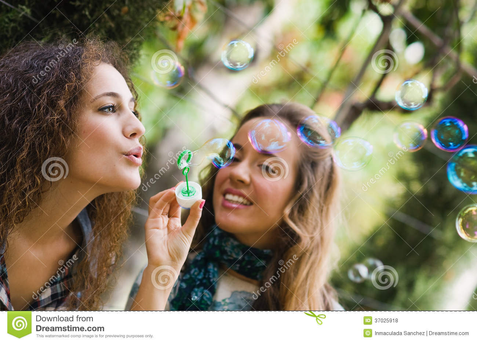 Zwei junge Mädchen, die Blasen durchbrennen