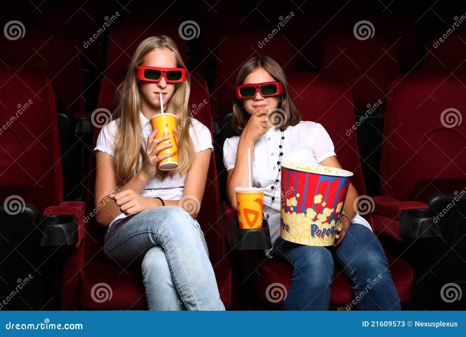 Zwei junge Mädchen, die im Kino überwachen