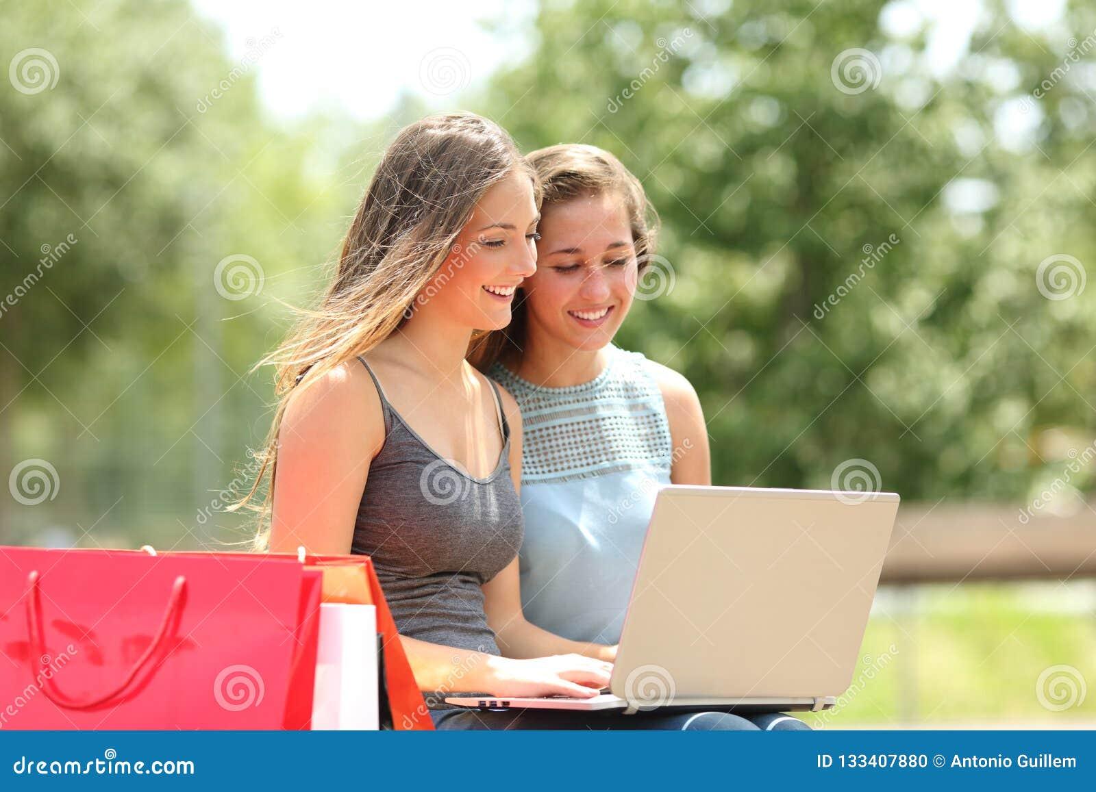 Zwei Käufer, die Produkte auf einem Laptop suchen