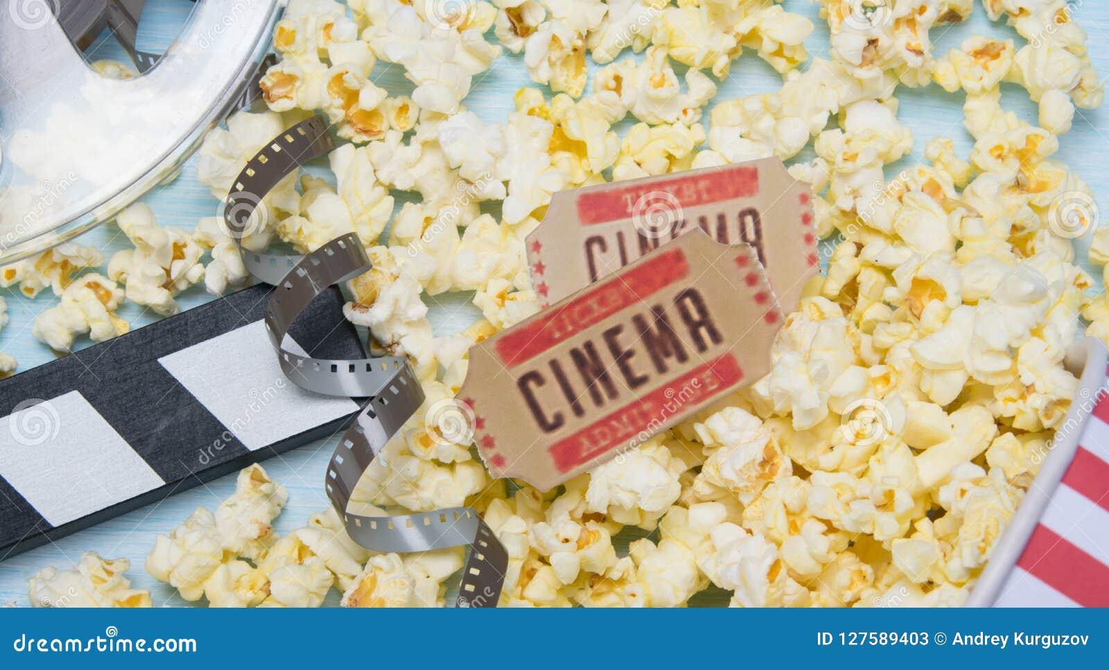 Zwei Karten zu den Filmen, vor dem hintergrund des Popcorns und eines Filmes
