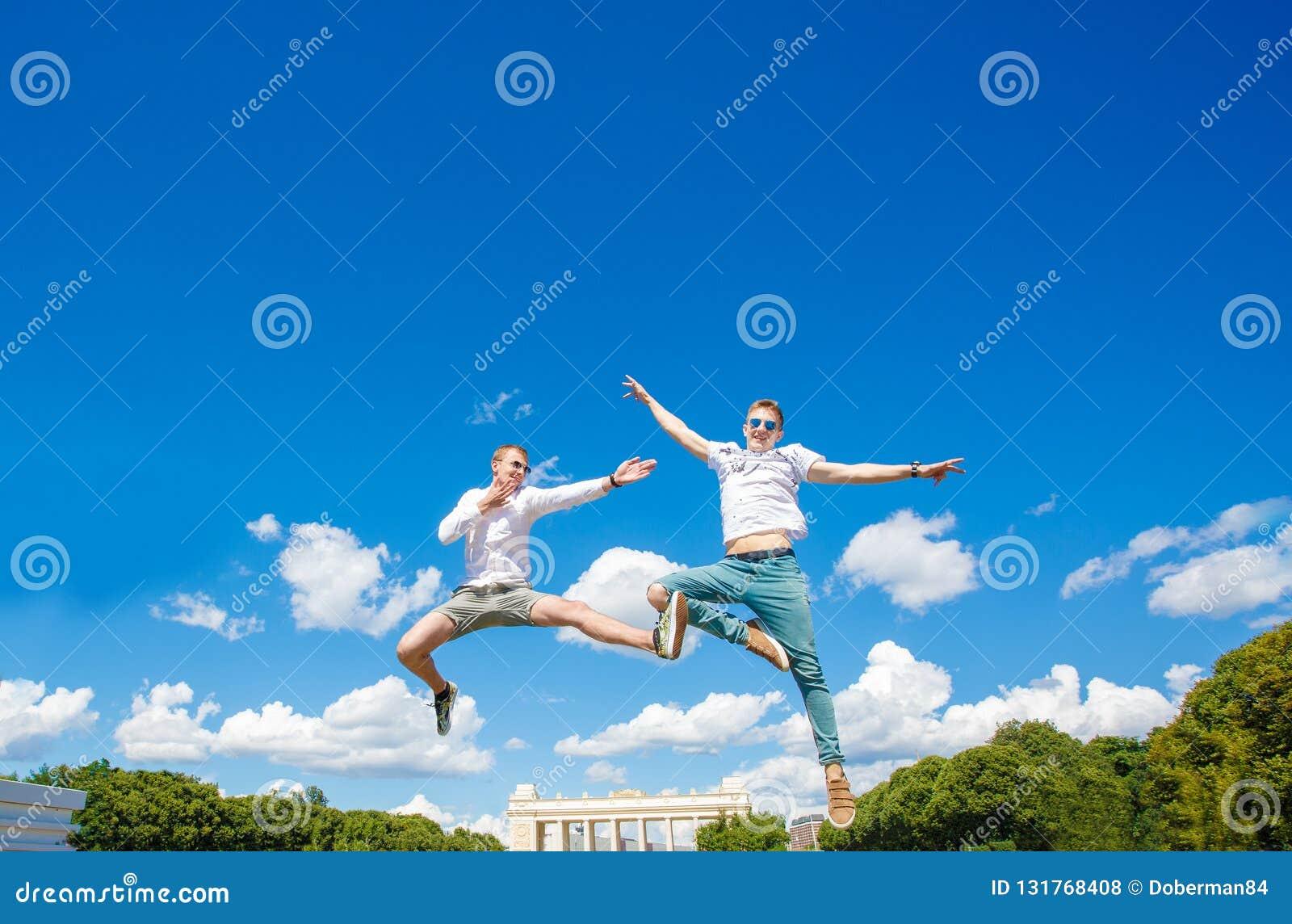 Zwei Kerle schweben in der Luft
