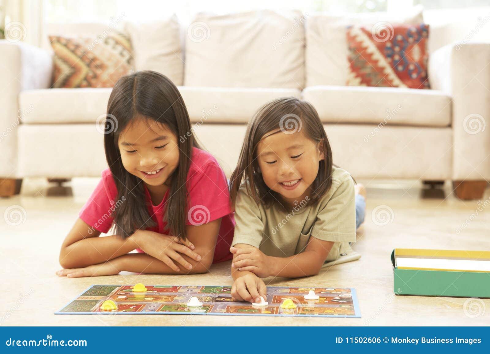 Zwei Kinder Die Zu Hause Brettspiel Spielen Stockfoto