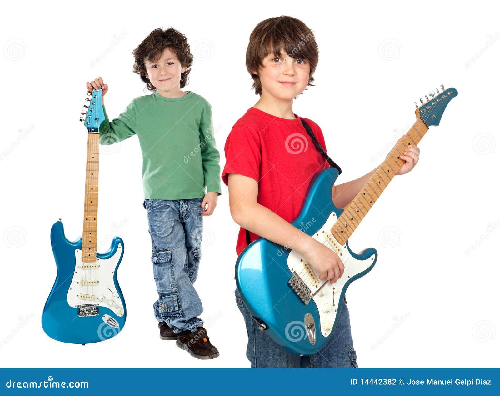 Zwei Kinder mit elektrischer Gitarre
