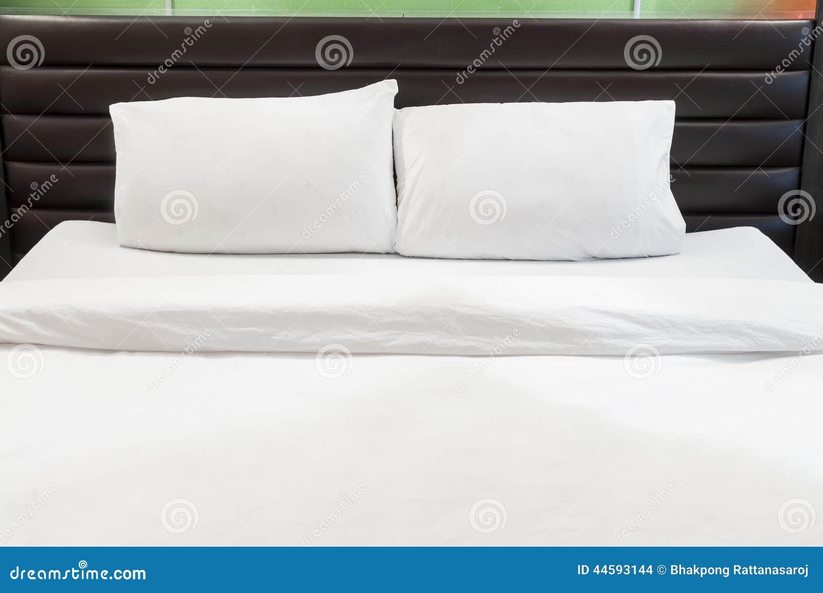 Zwei Kissen auf Bett