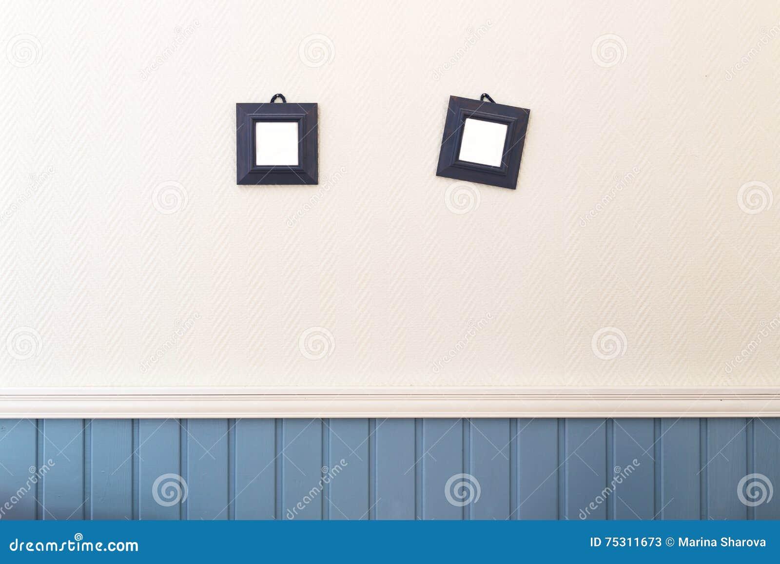 Zwei Kleine Quadratische Rahmen, Die An Der Weißen Und Blauen Wand ...