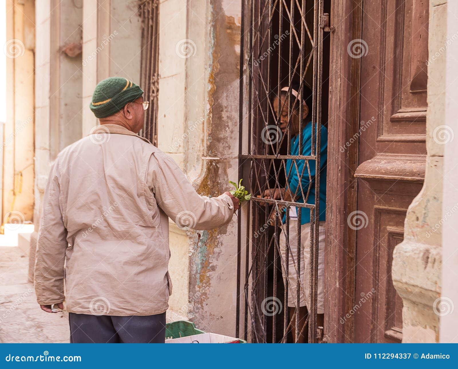 Zwei Kubaner Machen Ein Kaufen Und Einen Verkauf Vom Gemüse ...