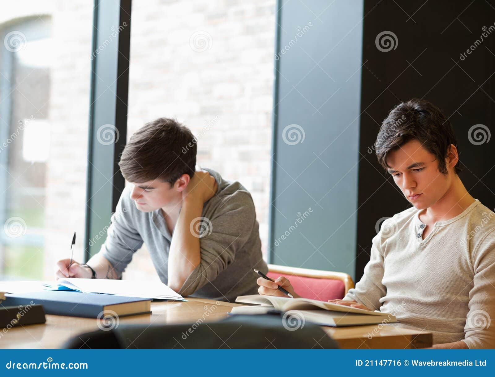 Zwei Kursteilnehmer, die an einer Anweisung arbeiten