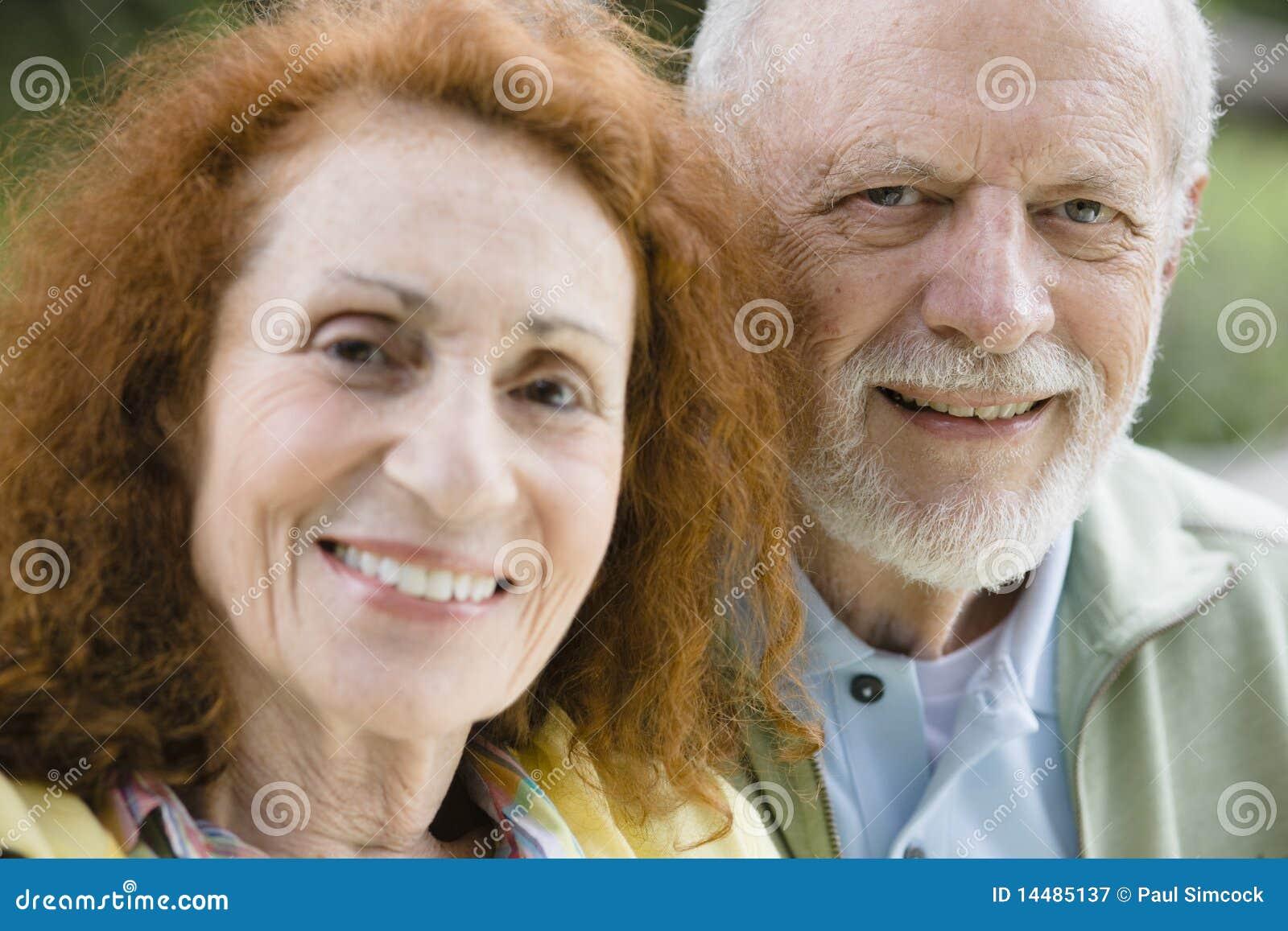 Zwei lächelnde Ältere