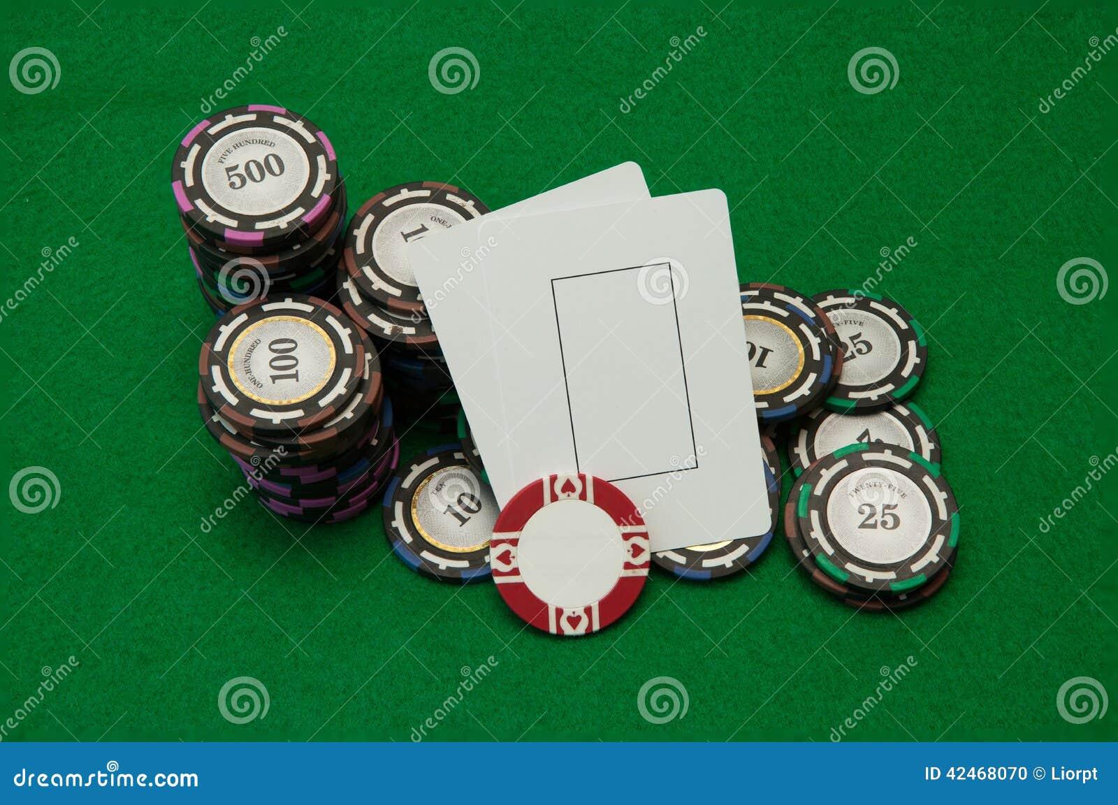 Zwei leere Spielkarten mit Stapeln des Kasinos bricht auf Grün ab
