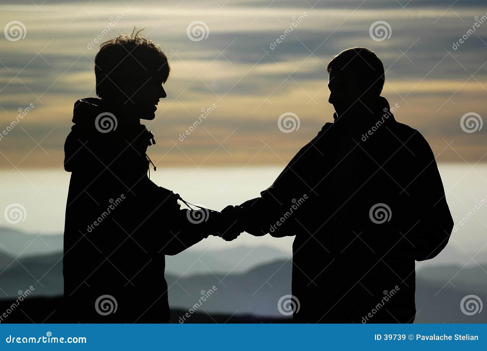 Zwei Leute am Omu Schutz