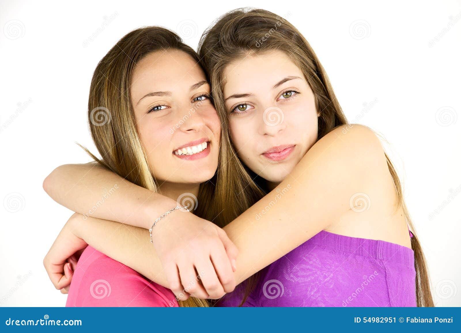 Zwei liebevolle Jugendlichfreunde, welche die Kamera lokalisiert umarmen und schauen