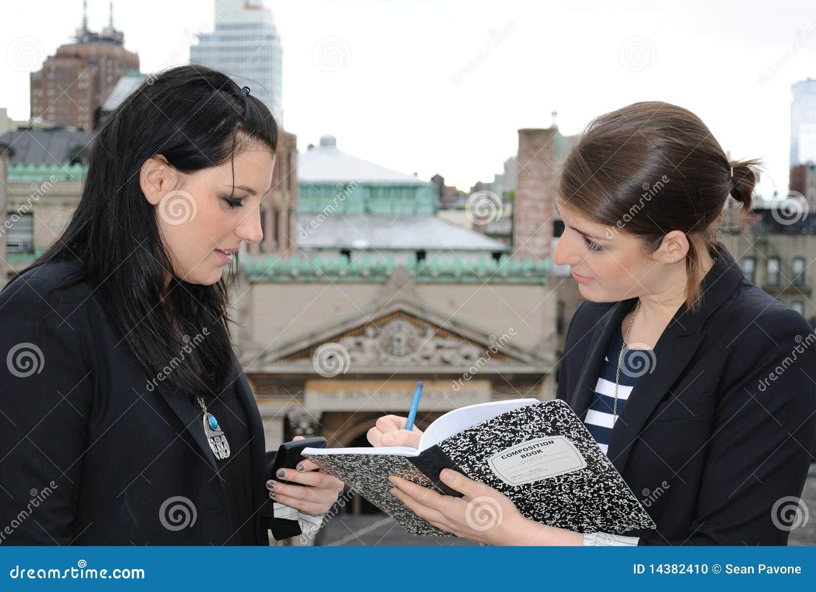 Zwei Mädchen, die Anmerkungen vorschreiben