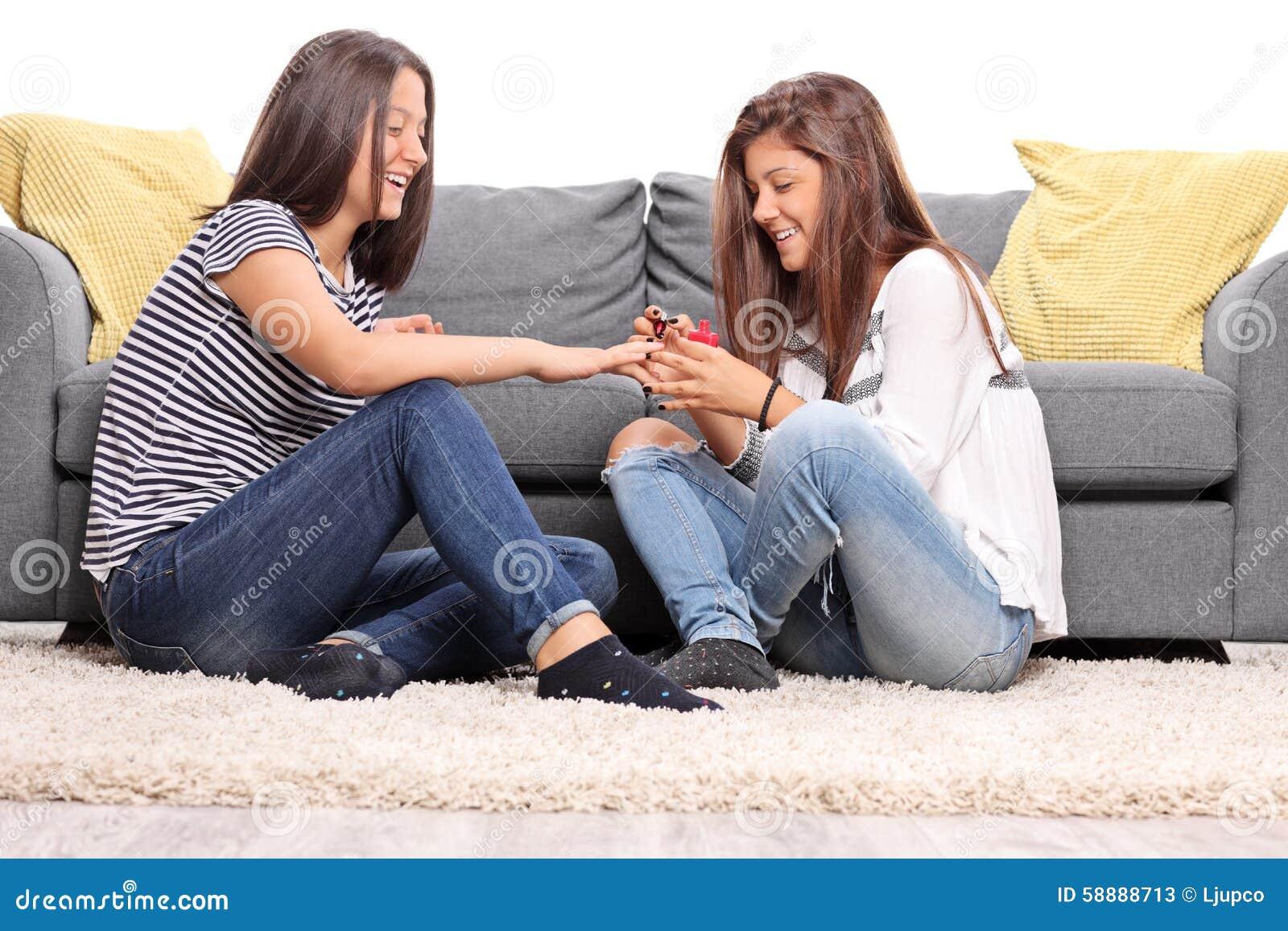 Fußboden Polieren ~ Zwei mädchen die ihre nägel sitzen und polieren stockbild bild