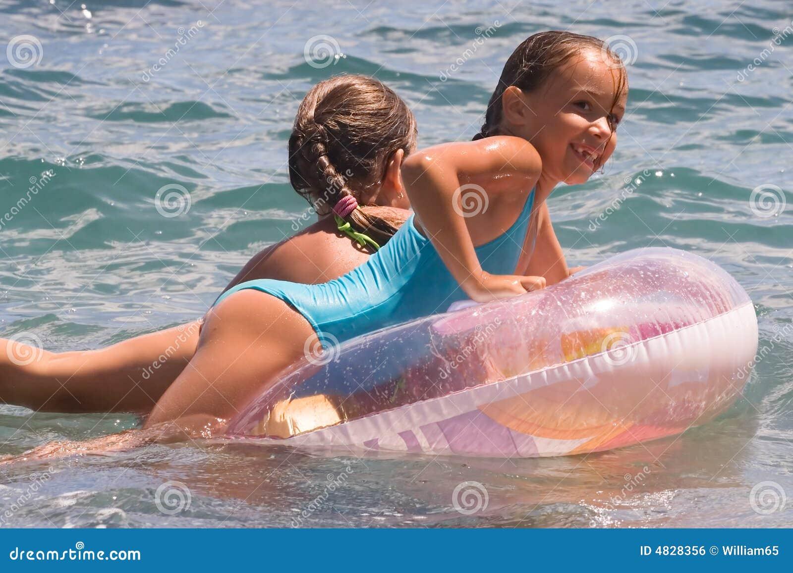 Zwei Mädchen Jugendlichbad in einem Meer (2)