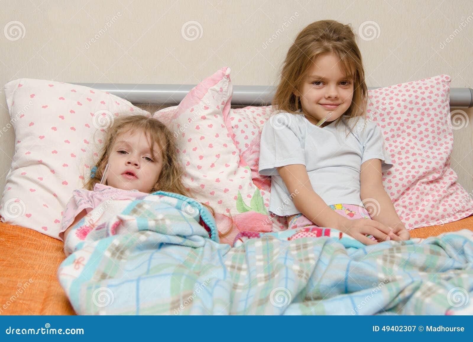 Download Zwei Mädchen Krank Im Bett Mit Einem Thermometer Stockbild - Bild von kinder, schwestern: 49402307