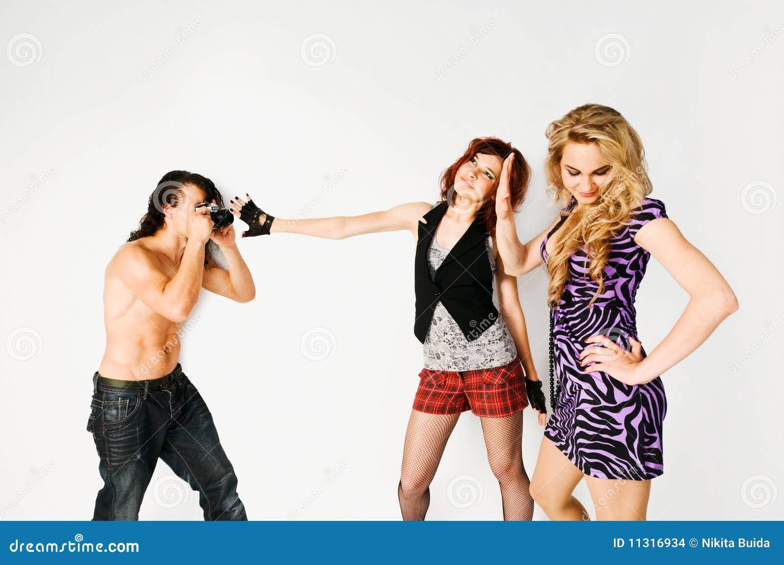 Zwei Mädchen und ein Fotograf