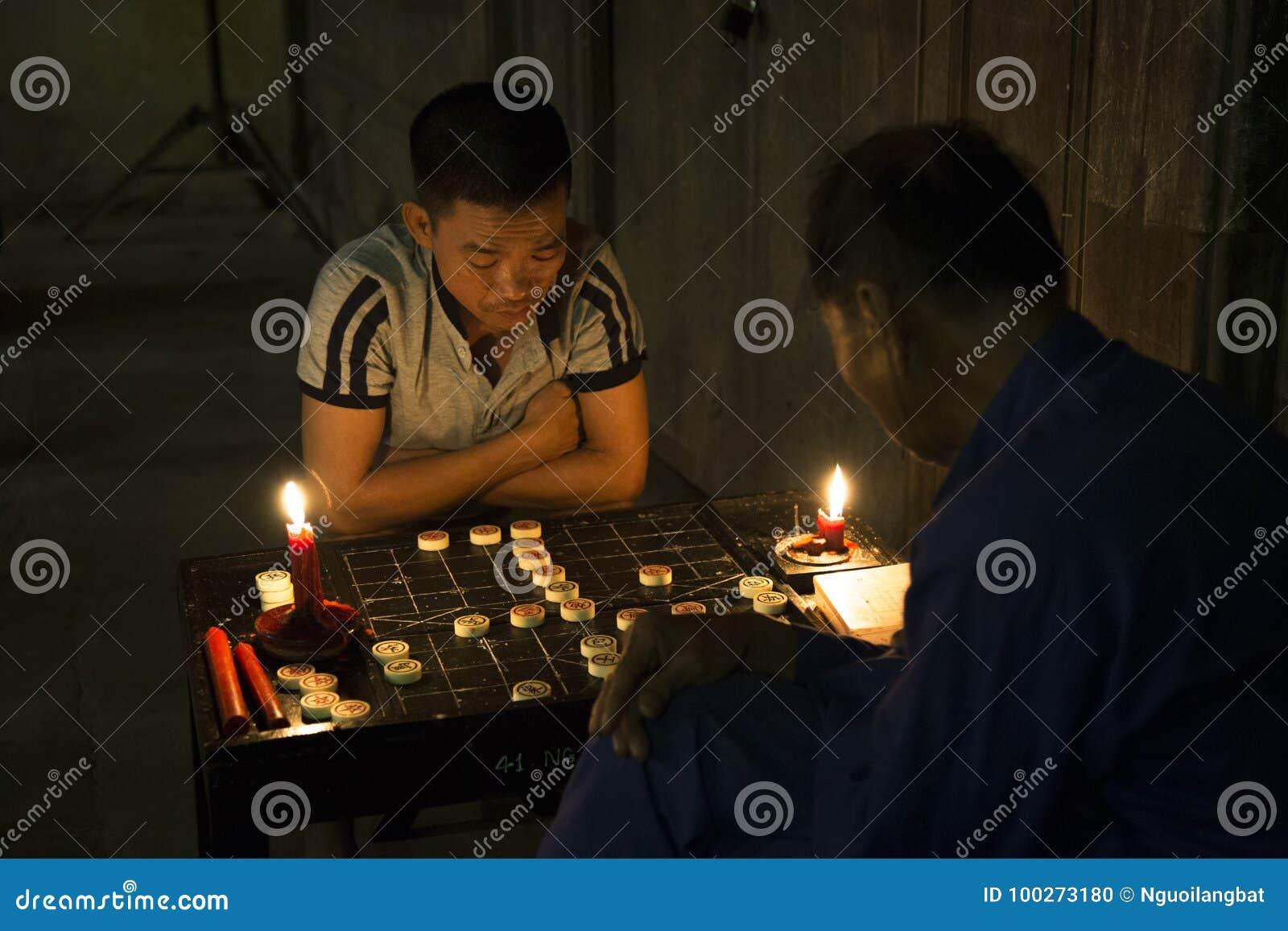 Zwei Männer, die chinesisches Schach spielen