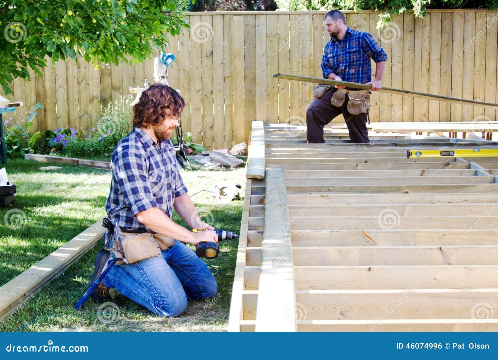 Zwei Männer, die eine Plattform errichten
