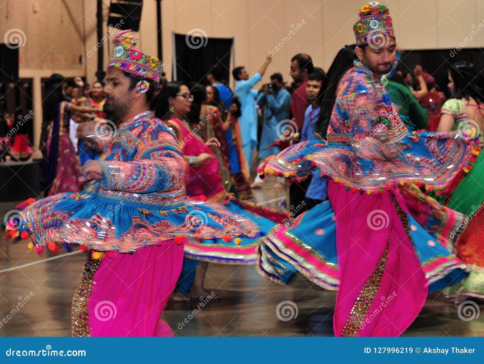 Zwei Männer tanzen in Aktion Hindisches Festival von Navratri Garba Tragen genießend traditionell, verbrauchen Sie