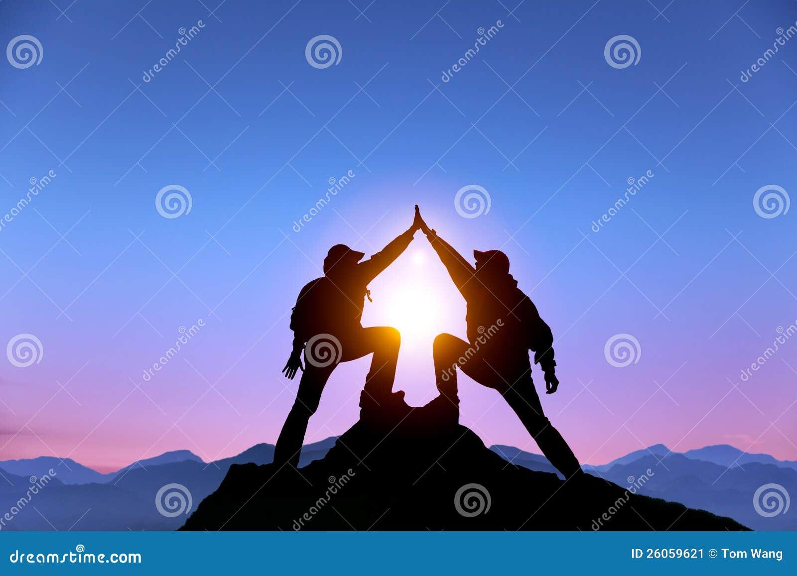 Zwei-mann mit Erfolgsgeste auf dem Berg
