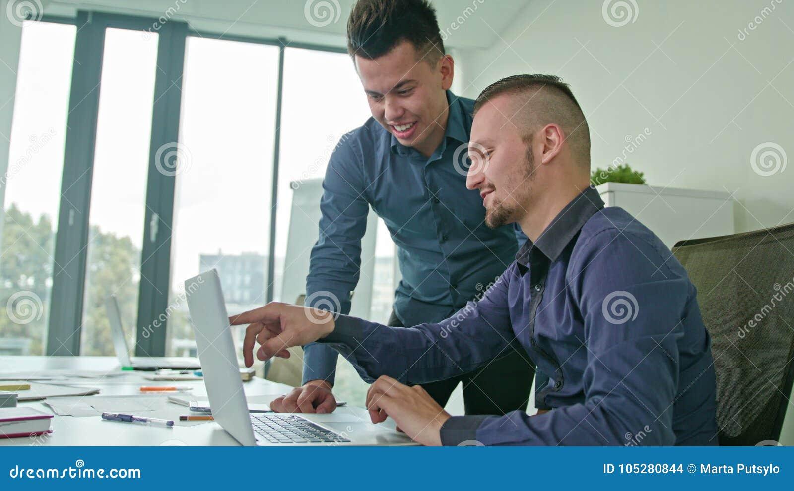 Zwei-manndiskussionsideen unter Verwendung des Laptops