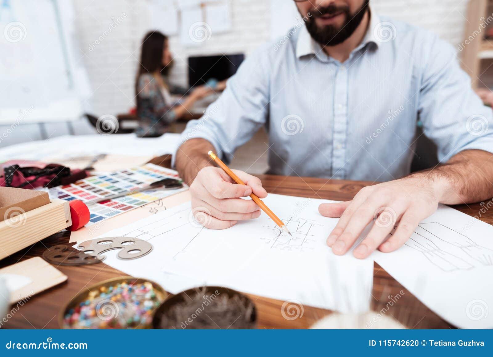 Zwei Modedesigner, die auf Papier zeichnen