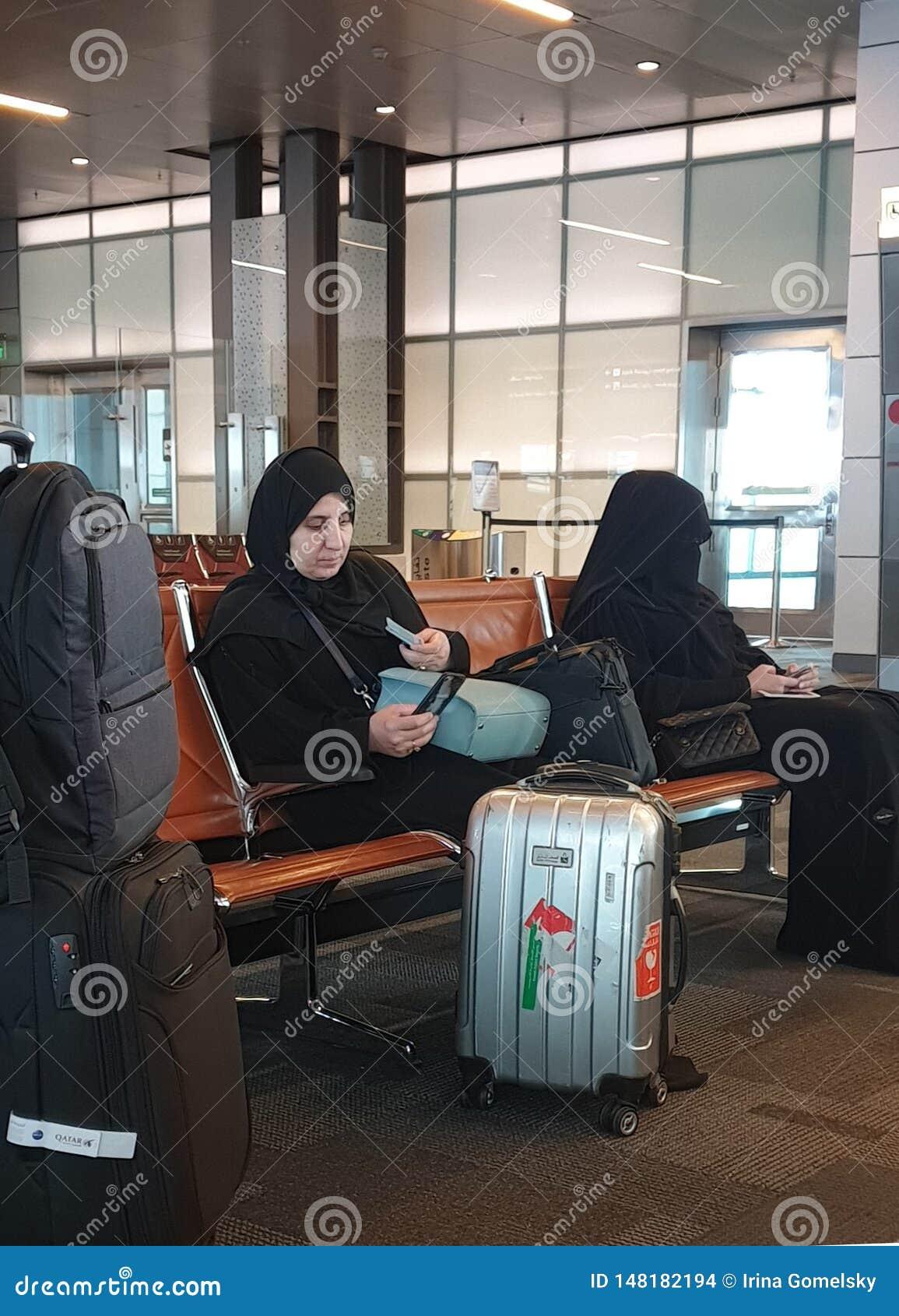 Zwei moslemische Frauen am Flughafen