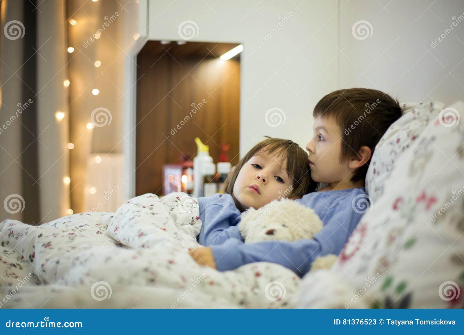 Zwei Nette Kranke Kinder Jungen Bleibend Im Bett Mit