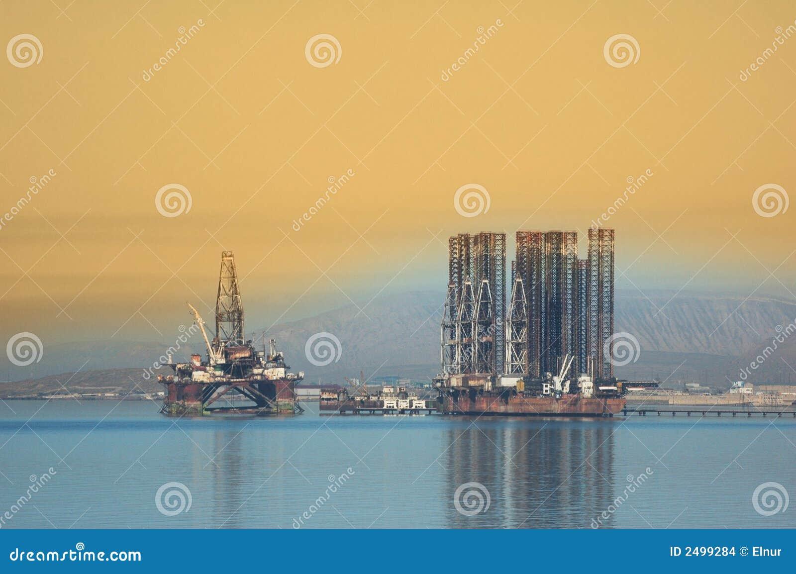 Zwei Offshoreanlagen in kaspischem