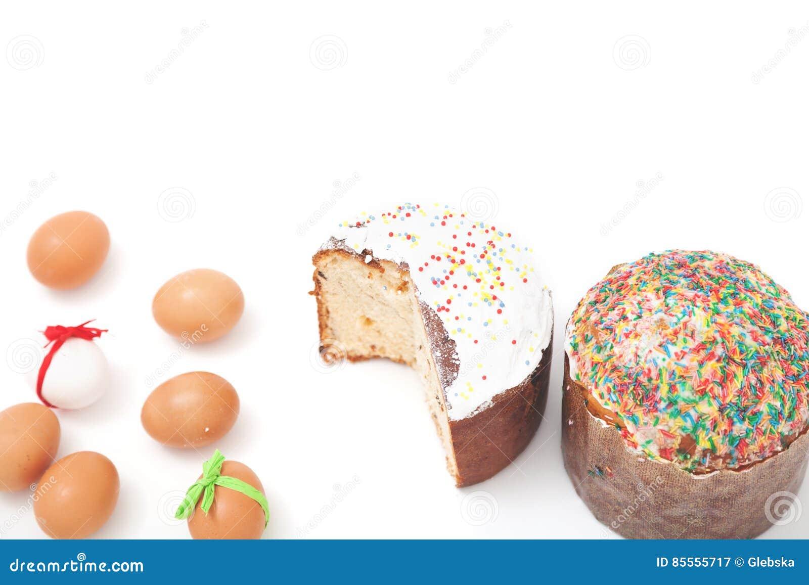 Zwei Ostern und Eier auf weißem Hintergrund