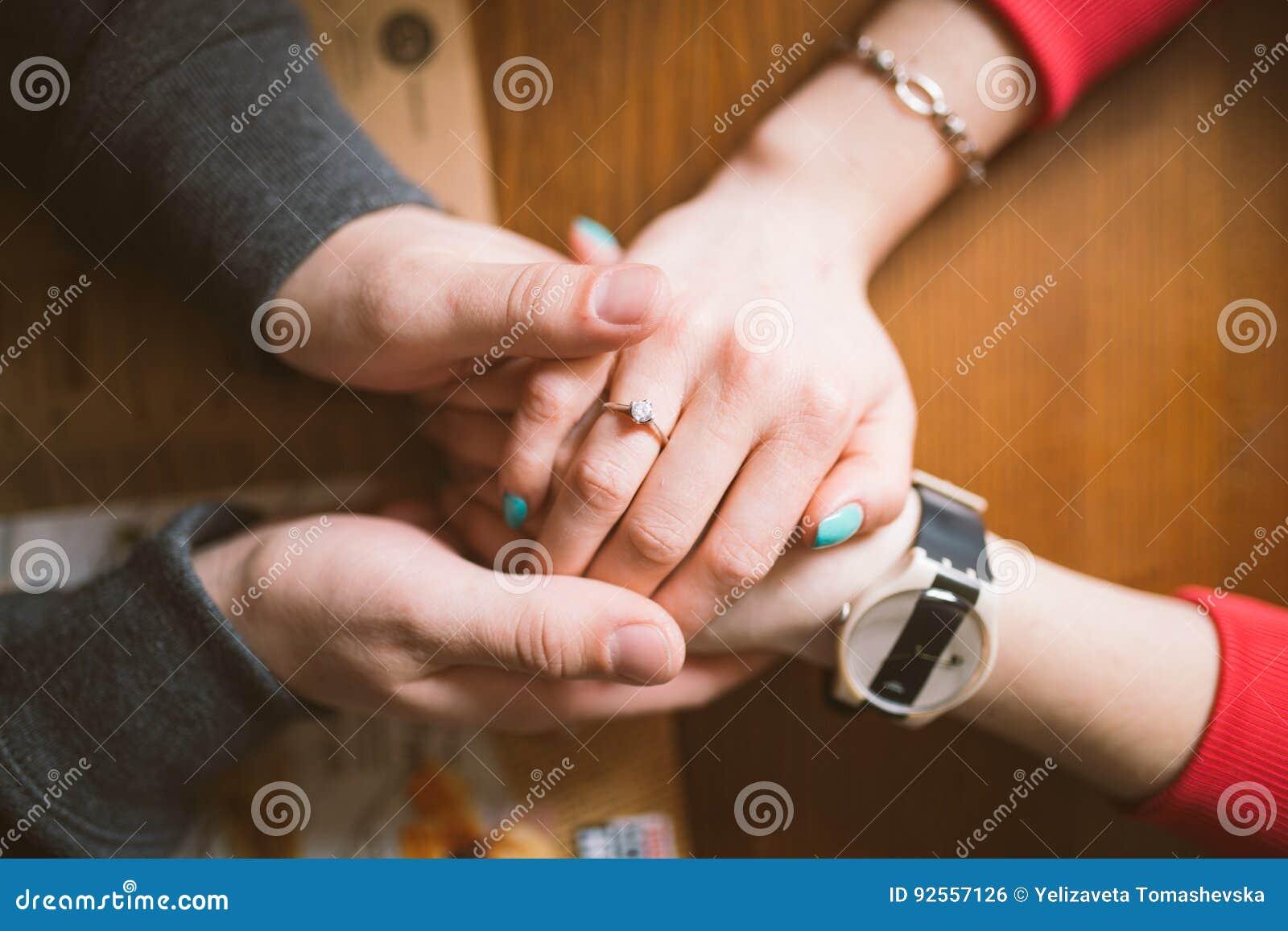 Händchen halten bedeutet