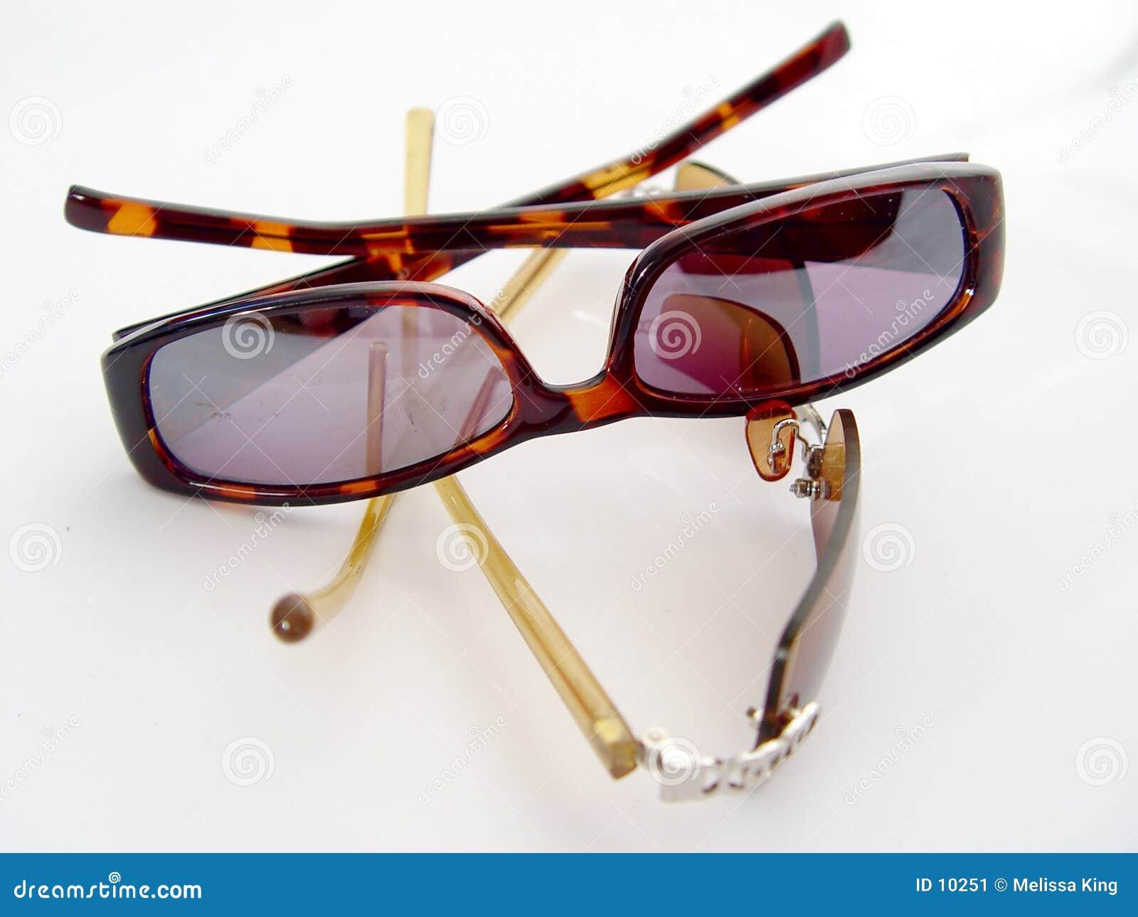 Zwei Paare Sonnenbrillen