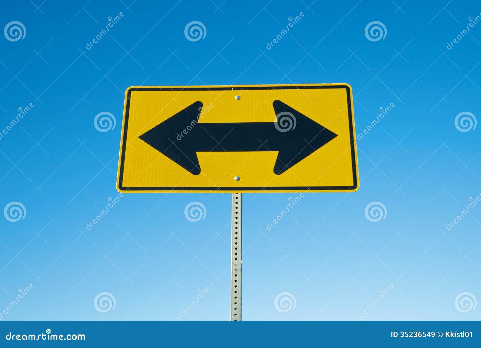 Zwei Pfeil-Verkehrsschild stockbild. Bild von schwarzes - 35236549